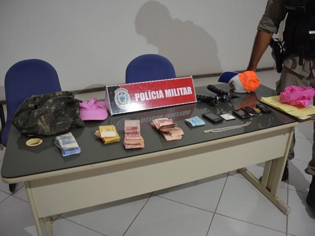 Polícia recuperou os R$ 4.500 levados no assalto (Foto: Walter Paparazzo/G1)