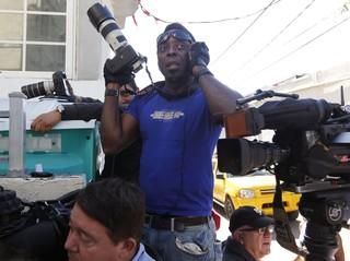 Fotógrafos aguardam Justin Bieber na porta de hotel onde ele estaria hospedado em Miami (Foto: Reuters)
