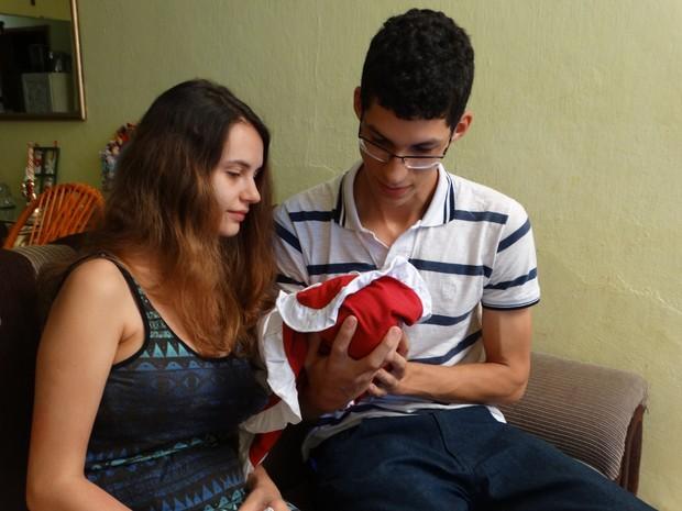 Casal que mora em Surubim largou faculdade para cuidar da filha com microcefalia (Foto: Kamylla Lima/G1 Caruaru)