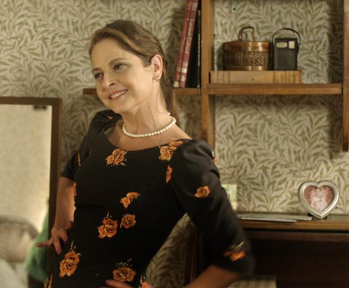 Carolina se produz para encontrar Alex (Foto: TV Globo)
