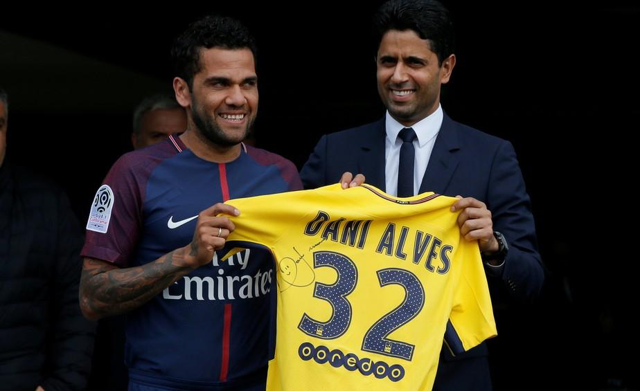 Daniel Alves assina contrato de duas temporadas com o PSG