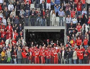 """Alonso com equipe e torcedores da Ferrari no """"Passion Day"""" (Foto: Divulgação)"""