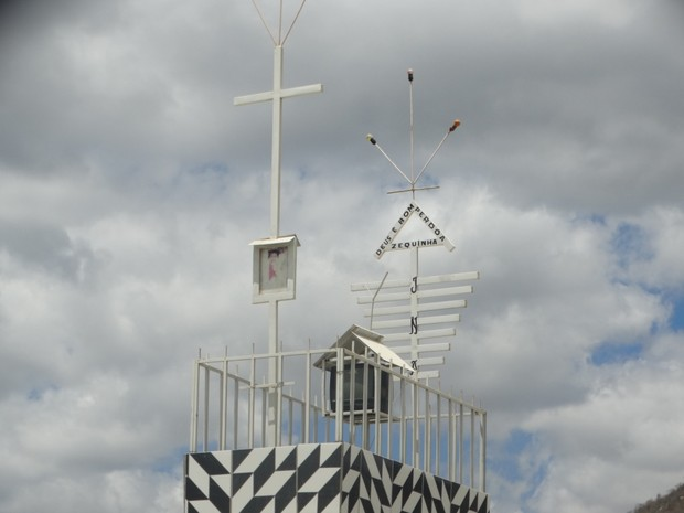 Televisão foi colocada no túmulo há quatro meses (Foto: Lafaete Vaz/TV Asa Branca)
