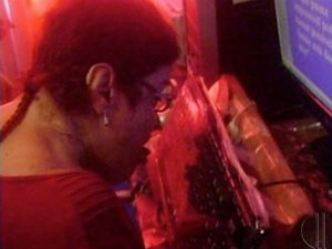 Escritora tetraplégica adaptou o teclado para escrever com a língua (Foto: Reprodução / Inter TV)