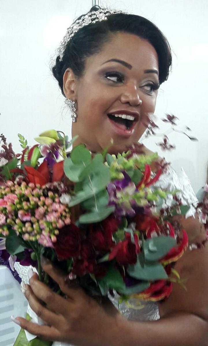 Elis segura flores (Foto: Raquel Gonzales/Gshow)