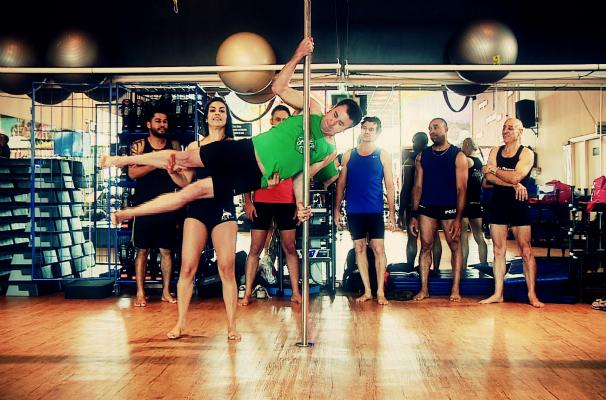 Pole dance masculino é moda nas academias (Foto: Reprodução/RBS TV)