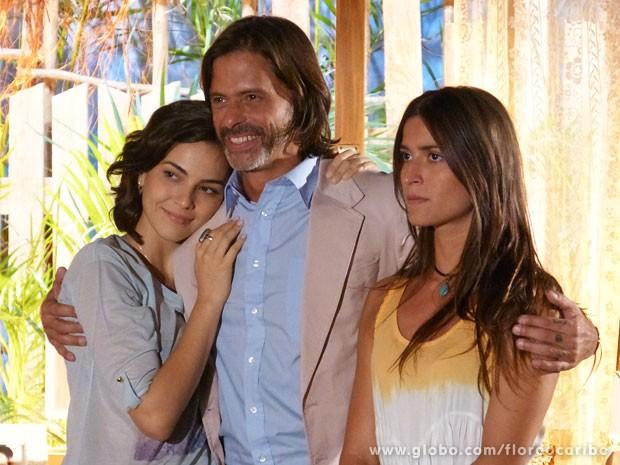 Reinaldo decide ficar na casa de Natália (Foto: Flor do Caribe / TV Globo)