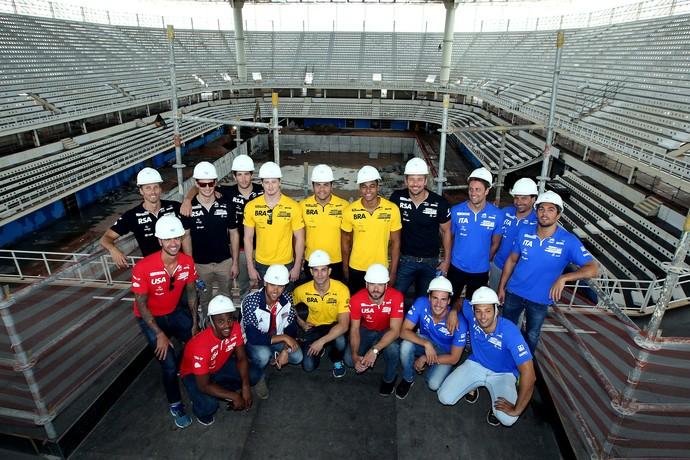 Raia Rápida visita atletas piscina olímpica (Foto: Satiro Sodré / SSPress)