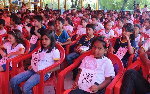 Crianças da Escola Municipal Elisa Bessa Freire se divertem no 'Conta um Conto' (Foto: Gisa Almeida/ Rede Amazônica)