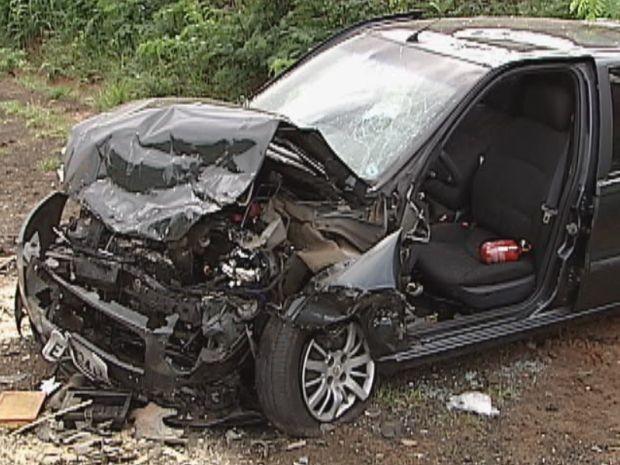 Duas pessoas estavam no carro com placas de Iacanga (Foto: Reprodução / TV Tem)