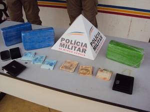 Drogas, munições, dinheiro e celulares foram apreendidos.  (Foto: reprodução/Polícia Militar)