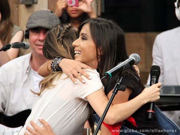 Anitta conhece a cantora Sandy na gravação do programa Altas Horas (Foto: TV Globo/Altas Horas)