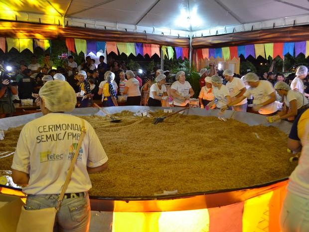 Meia tonelada de paçoca foi servida para 20 mil pessoas  (Foto: Jackson Félix/G1 RR)