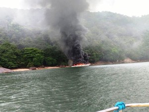 Embarcação estava atracada próximo à praia do Sangava (Foto: Oscarlino Barbosa/Arquivo Pessoal)