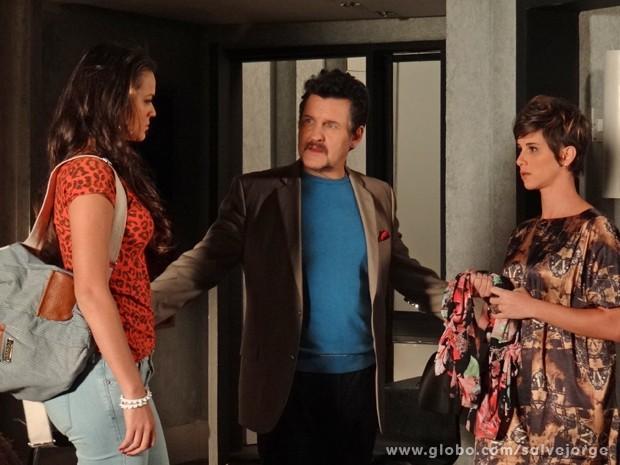 Mustafa mostra que as duas já estão brigando como verdadeiras irmãs (Foto: Salve Jorge/TV Globo)