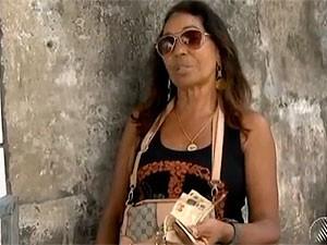 Fã  de Ivete Sangalo chega cedo para comprar ingresso para aqruibancada no carnaval de Salvador, Bahia (Foto: Reprodução TV Bahia)
