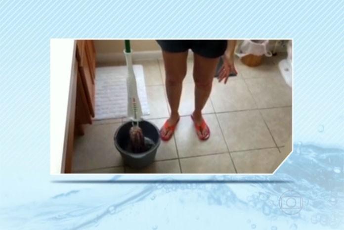 Paulistana que vive nos EUA substitui mangueira por balde para poupar água