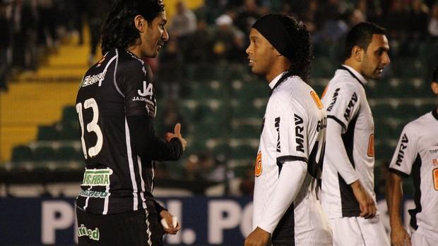 Loco Abreu e Ronaldinho Gaúcho conversam antes do jogo entre Figueirense e Atlético-MG (Foto: Luiz Henrique / Divulgação Figueirense FC)