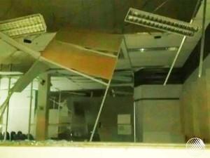 Bandidos disparam tiros e causam pânico após explosão de banco em Nova Soure, na Bahia (Foto: Imagens/ Tv Bahia)