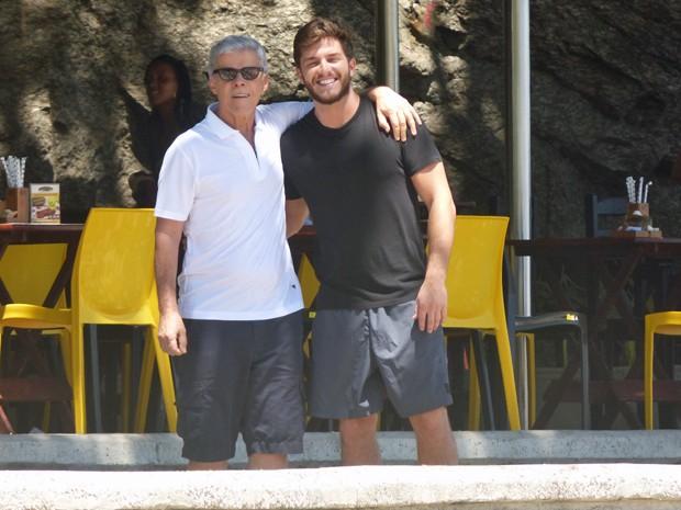 José Mayer e Klebber são só alegria em praia da zona sul carioca (Foto: Walter Dhein / Gshow)