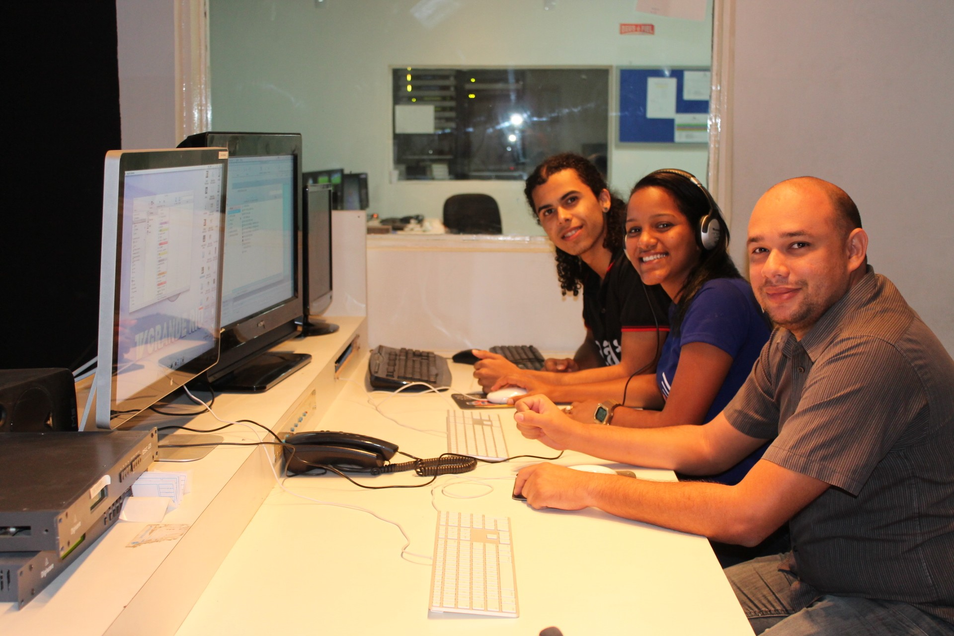 Os estagiários tiveram supervisão de diversos profissionais da TV Grande Rio (Foto: Gabriela Canário)