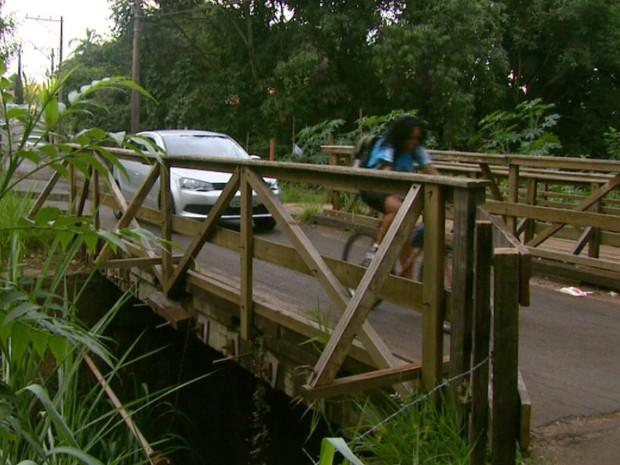 Ponte comporta apenas um veículo por vez, mas fluxo é intenso (Foto: Rodrigo Sargaço/EPTV)