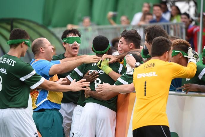Seleção brasileira comemorando o gol de Jefinho Futebol de 5 (Foto: André Durão)