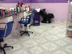 Piso do salão ficou com manchas de sangue (Foto: Eduardo Boigues/Polícia Civil)