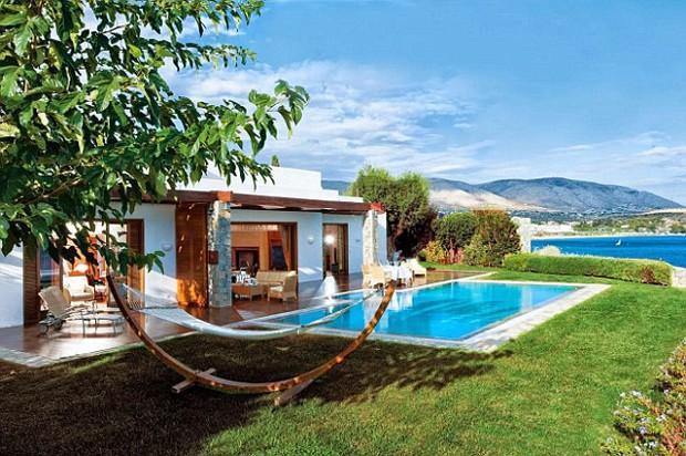 Localizado na Riviera Ateniense, o luxuoso Grand Lagonissi Resort é um paraíso cinco estrelas que já recebeu inúmeros famosos, incluindo Leonardo DiCaprio. O ator ficou hospedado na Royal Villa Suite com piscina privada e área com redes para descanso (Foto: Reprodução)