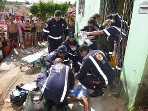Profissionais do Samu realizam atendimento ao homem que fugia de dois outros, em uma moto (Foto: Walter Paparazzo/G1)
