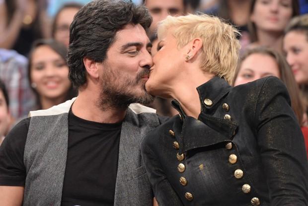 Xuxa beija o namorado Junno Andrade durante o Altas Horas (Foto: Globo/Zé Paulo Cardeal)