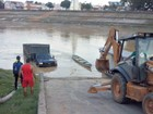 No AC, motorista perde controle do carro e cai de rampa em rio