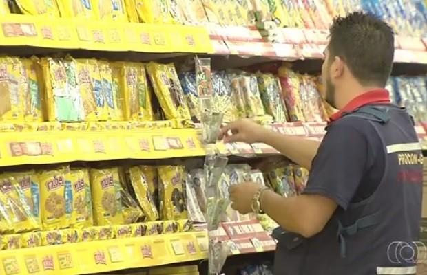 Polícia apreende 2 t de alimentos estragados em supermercado de Goiás (Foto: Reprodução/TV Anhanguera)