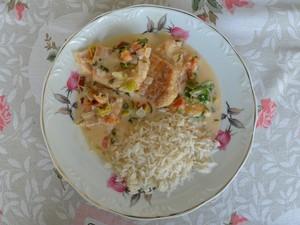 Prato fica pronto em quarenta minutos e acompanhado de arroz branco serve até três pessoas (Foto: Emily Costa/ G1 RR)