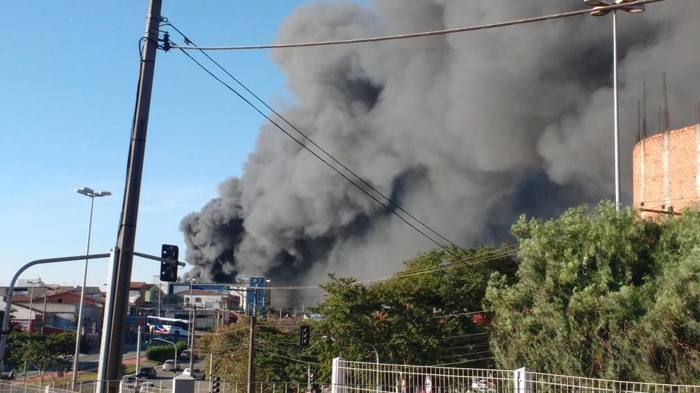 Incêndio atinge loja de autopeças  na avenida Itatuvu em Sorocaba  (Foto: Luiz Natal/Arquivo Pessoal)