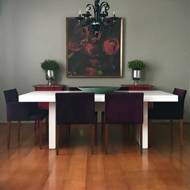 Décor do dia: mesa de jantar branca na sala escura (Foto: divulgação)
