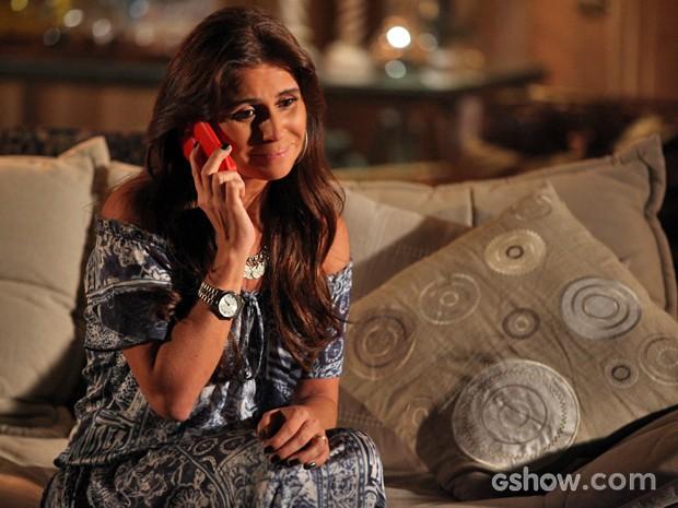 Clara fica feliz ao falar com Marina (Foto: Pedro Curi/ TV Globo)