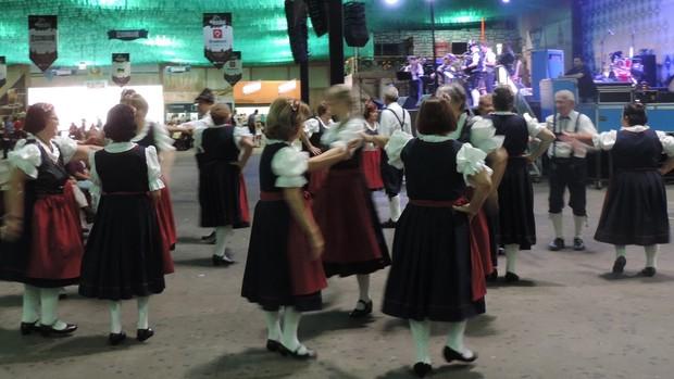 Projeto ensina dança folclórica a idosos para apresentação na Oktober (Mariana de Ávila/G1)