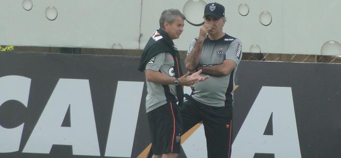 Marcelo Oliveira conversa com Carlinhos Neves (Foto: Rafael Araújo)