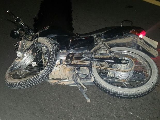 Condutor da moto morreu no local do acidente ocorrido na BR-104 em Cupira (Foto: Divulgação/ PRF)