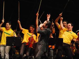 O cantor Mike Patton rege a orquestra sinfônica de Heliópolis durante apresentação no Palco Sunset, neste sábado (24) (Foto: Alexandre Durão/G1)