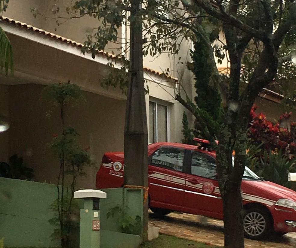 Bombeiros ajudam em perícia na casa de Arthur Senger, morto em incêndio em Vinhedo (Foto: Paulo Gonçalves / EPTV)