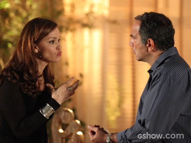 Helena diz para Virgílio que não está feliz com casamento da filha (Foto: Camila Camacho / TV Globo)
