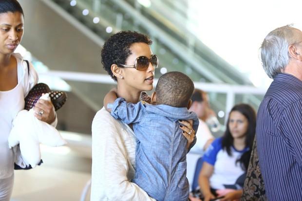 Tais Araujo com o filho no Rio (Foto: Marcello Sá Barretto/AgNews)