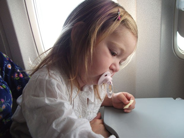 Criança no avião (Foto: Coisas de Mãe/Patrícia Papp)