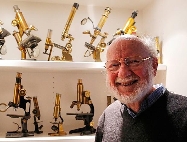 William Campbell, um dos ganhadores do Nobel de Medicina de 2015, posa para foto ao lado de sua coleção de microscópios antigos (Foto: Brian Snyder/Reuters)