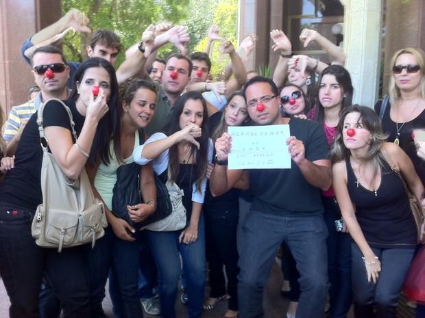 Funcionários demitidos colocaram nariz de palhaço em ato (Foto: Janaína Carvalho / G1)