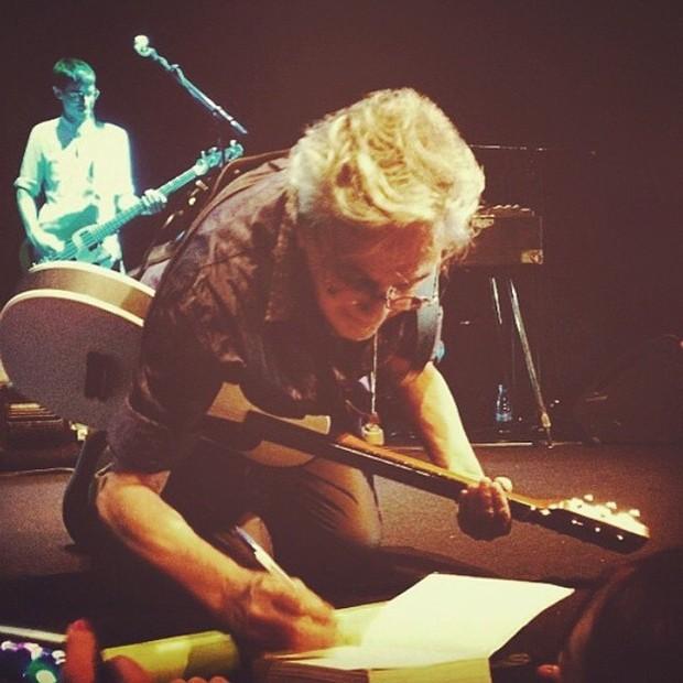 Caetano Veloso  dando autógrafo (Foto: Reprodução/Instagram)