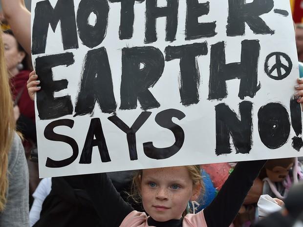 Crianças participam de protesto em Melbourne, na Austrália, para exigir dos líderes do mundo uma ação decisiva contra a mudança climática, a dois dias do início da decisiva conferência da COP21 de Paris, nesta sexta-feira (27) (Foto: Paul Crock/AFP)