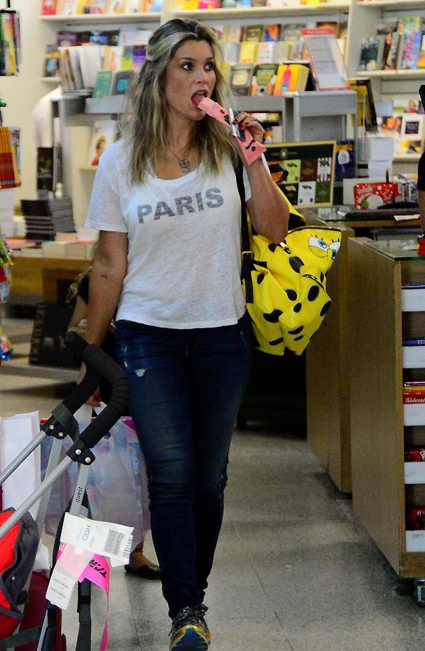 03d47bb3f3b5c Em família  Flávia Alessandra embarca em aeroporto com as filhas ...